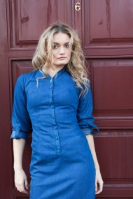 dzinsine suknele modeliuoja figura melyna sagutes blue buttons denim dress outfit
